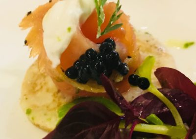 Gin & tonic salmon blini